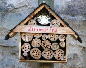 Insektenhotel das von einem Vogel angegriffen wurde der alle Pflanzenstängel entfernt hat