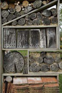 Insektenhotel mit Holz Strangfalziegeln Ziegelsteinen Holzblöcken verschiedene Lochgröße Hirnholz und Längsholz