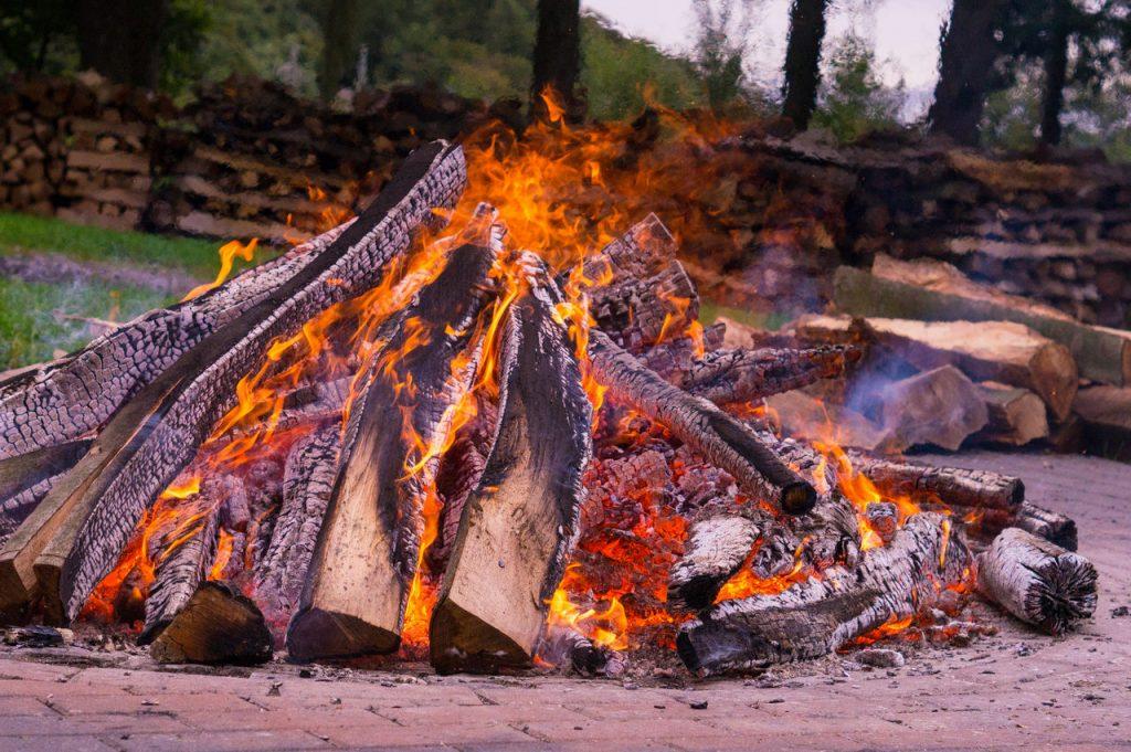 Lagerfeuer mit Feuerholz