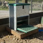 Futterautomat für Hühner | Rattensicher | Mit Trittklappe | Schutz gegen Ratten, Mäuse, Spatzen, Tauben +++